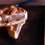 Tarte marbrée façon barre chocolatée au caramel et noix de pécan