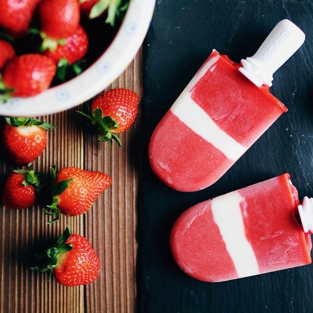 Popsicle Time sur le blog ! http://www.royalchill.com/2014/07/25/popsicles-glaces-eau-a-la-fraise-coeur-yaourt #follesdeglaces #popsicles #strawberry #food #yummy