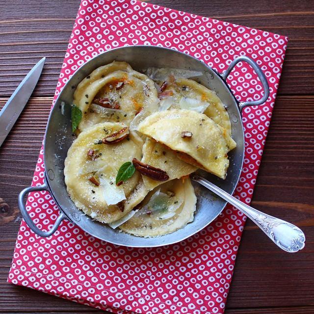 Aujourd'hui sur le blog c'est #raviolis maison au #potimarron, noix de pécan et #chevre ! Une tuerie adaptée d'une #recette trouvée dans le super livre Quand Katie Cuisine #homemade #pasta #cheese #courge #pates #food #instafood #pumpkin #instagood http://www.royalchill.com/2014/10/06/raviolis-maison-au-potimarron-chevre-et-noix-de-pecan/
