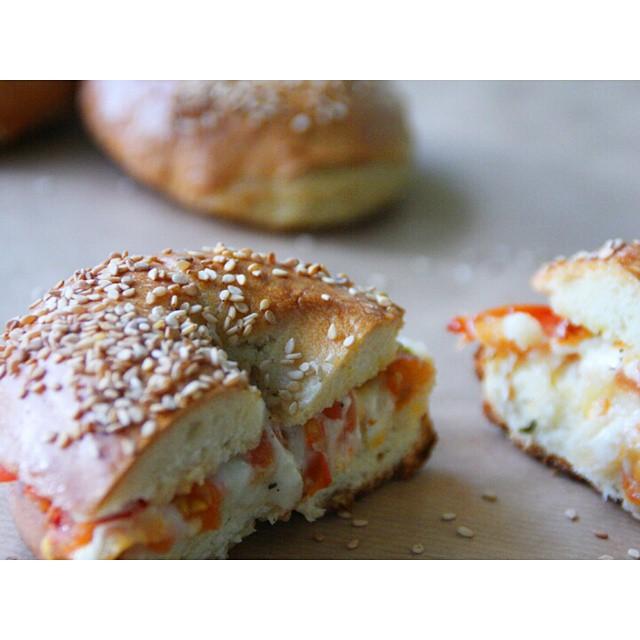 On redécouvre nos #Bagels végétariens que Chloé avait préparés il y a quelque temps ! #veggie #recipe #cheese #fromage #tomato #food #snack #brunch #instagood #instafood #gateau #explore http://www.royalchill.com/2013/03/27/bagels/