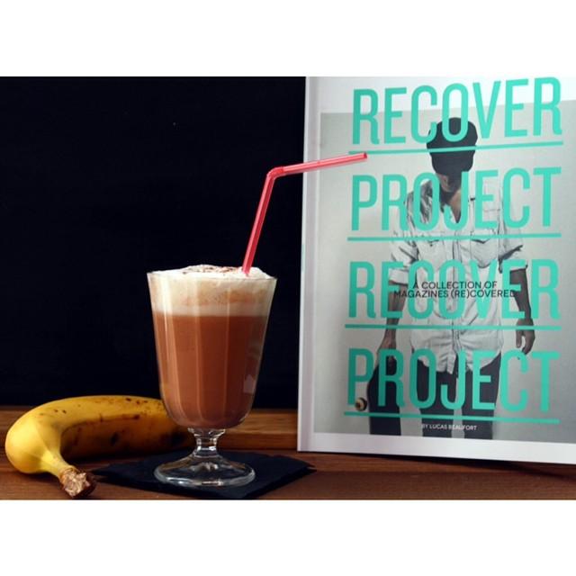 Have a good sunday ! Un petit #milkshake choco-coco-banane et on redécouvre le livre de notre talentueux copain @lucas_beaufort si vous ne le connaissez pas encore !?? http://www.royalchill.com/2013/11/26/read-drink-the-recover-project-de-lucas-beaufort-milk-shake/ #drink #chocolate #coconut #read #food #recoverproject #chilling
