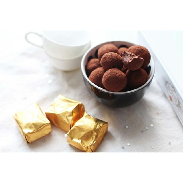 http://www.royalchill.com/2014/11/21/truffes-au-chocolat-et-aux-marrons/  Aujourd'hui on a préparé des petites #truffes au #chocolat et aux #marrons, tellement simple et tellement bon que ça nous a passé l'envie d'acheter des chocolats dans le commerce :-) #chocolate #recipe #food #foodporn #christmas #liveauthentic #instagood #instafood #vscofood