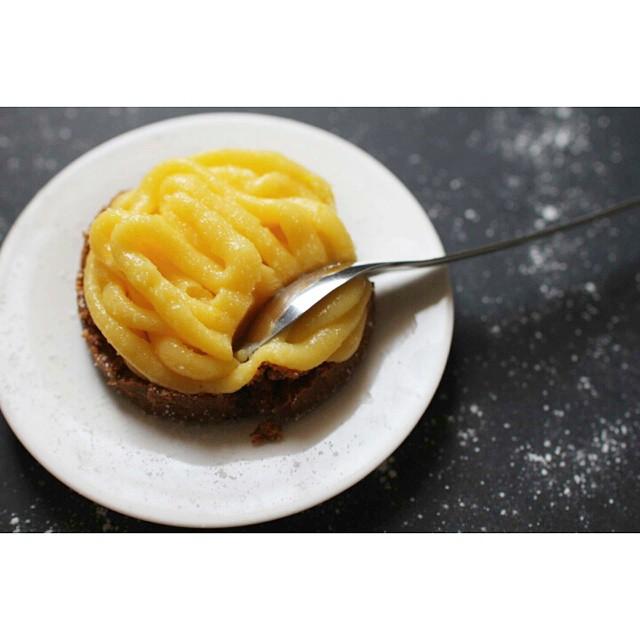 En ce moment on n'a le temps de rien, alors on a décidé de partager avec vous, une #recette rapide et super bonne pour les jours de flemme : des petites #tartelettes express aux #fruits de la #passion et aux #speculoos ! Allez c'est par ici :-) http://www.royalchill.com/2015/02/06/tartelettes-express-passion-speculoos/#food #miam #curd #pie #foodblog #foodporn #instafood #instagood #vscofood