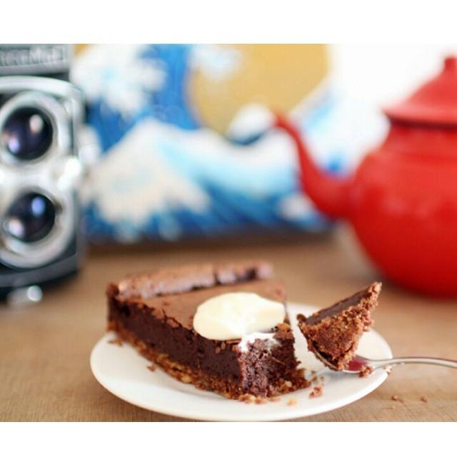 Un peu de réconfort aujourd'hui avec un dessert venu tout droit des US : la Mississipe mud pie! Entre une #tarte et un #gateau , c'est une petite tuerie facile à faire comme on les aime ! Si vous ne connaissez pas, testez vous allez adorer :-) http://www.royalchill.com/2015/01/12/mississippi-mud-pie-de-linda-collister/ #food #liveauthentic #livefolk #vscofood #foodporn #chocolate #chocolat #recette #recipe #mississippi #mississippimudpie #mississippimudcake #pie #cake #instafood #instagood #love #addiction