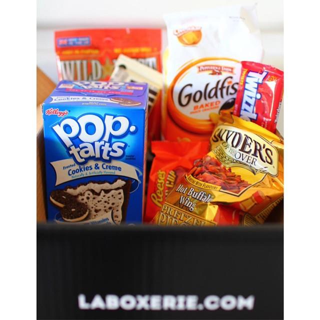 Hey on a une surprise pour vous grâce au chouette site La Boxerie ! On vous fait gagner leur American Food Box ! Vous avez jusqu'à mercredi pour participer, il suffit de laisser un petit commentaire sur le blog et de le partager sur le réseau social de votre choix. Bonne chance ! #food  #concours #surprise #foodblog #reeses #poptarts #goldfish #hersheys #miam #yummy #american #box #gagner