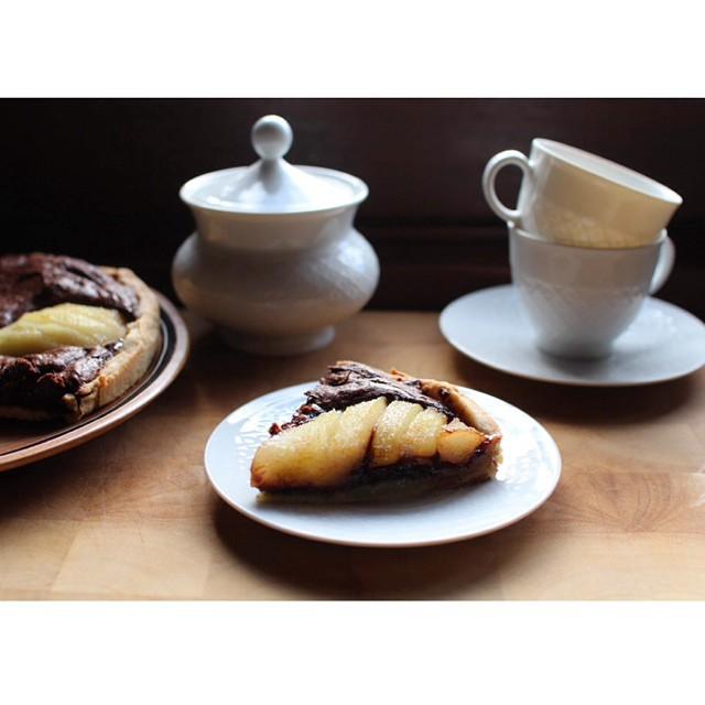 Allez un peu de réconfort avant le week-end avec une #tarte aux #poires et au #chocolat, le tout sur une pâte sablée aux #noisettes ?? http://www.royalchill.com/2015/03/13/tarte-aux-poires-aux-noisettes-et-au-chocolat/ #instafood #instagood #pornfood #chocolate #pear #teatime #coffeetime #liveauthentic #livefolk #pie #love #morning #food #foodblog #homemade #hazelnuts #recipe #instagram
