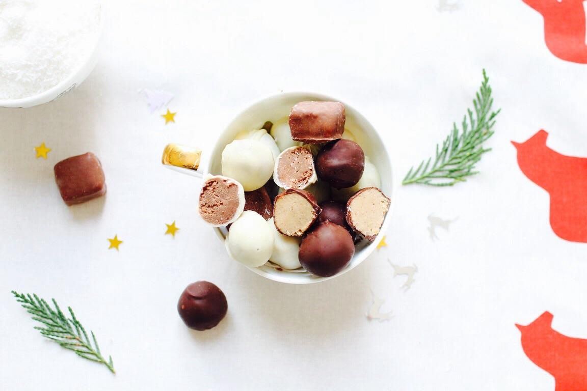 chocolats de Noël fourrés à la noix de coco et au chocolat blanc et lait