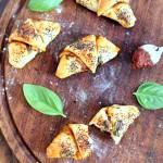 Petits croissants au cream cheese fourrés à la tomate et à la mozzarella