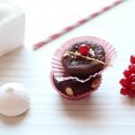 Petits moelleux surprise : coeur coulant au chocolat blanc, groseilles et meringue