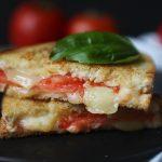Grilled cheese sandwich aux tomates et au basilic
